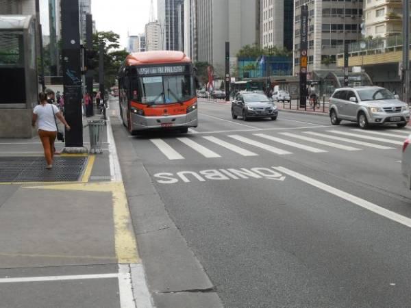 troca de asfalto por concreto em paradas de ônibus